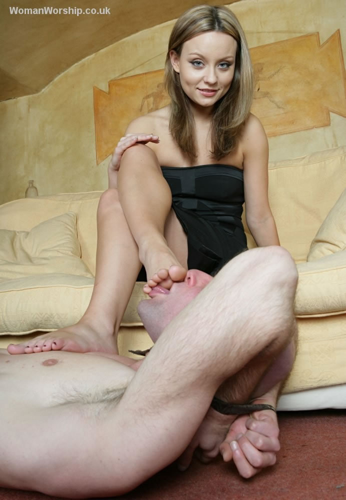 Carmen show her very sexy toes on a chair 4