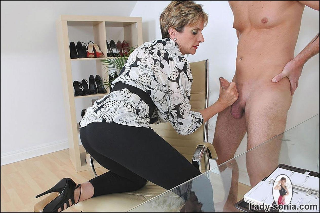 Бизнес-леди мастурбирует фото