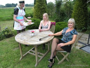 sissy-maid-outdoor-2
